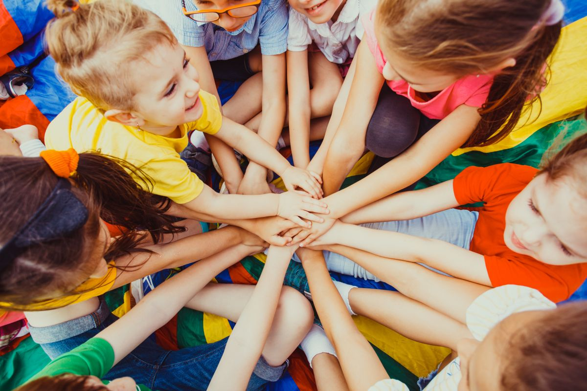 Kontakty z rówieśnikami są ważne – jak wspierać układ odpornościowy dziecka, by nie musiało zostawać w domu